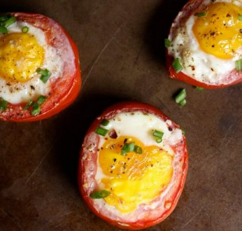 Ντομάτες γεμιστές με μπέικον και αυγό!