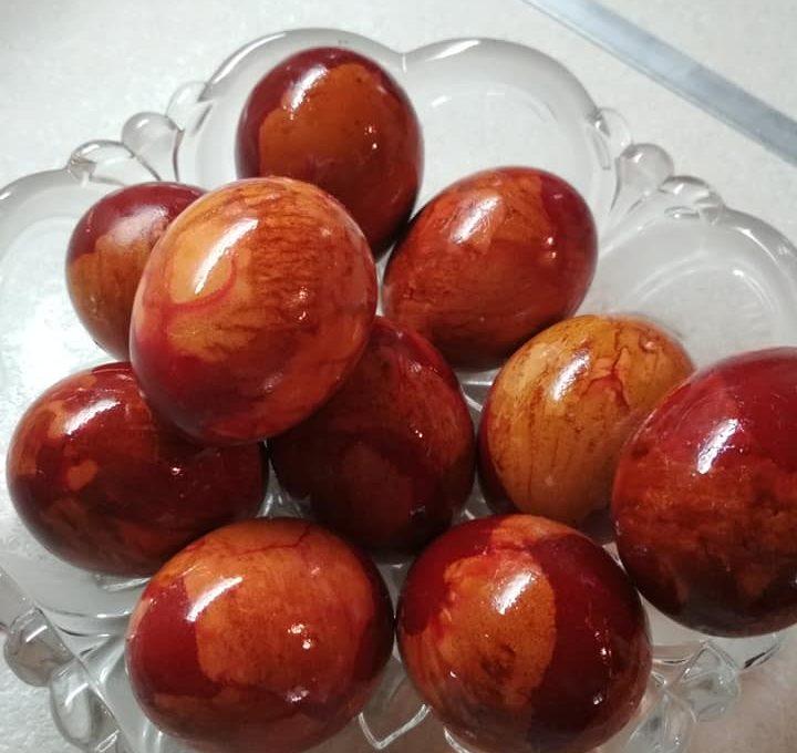 Πώς βάφω αυγά με κρεμμυδόφυλλα