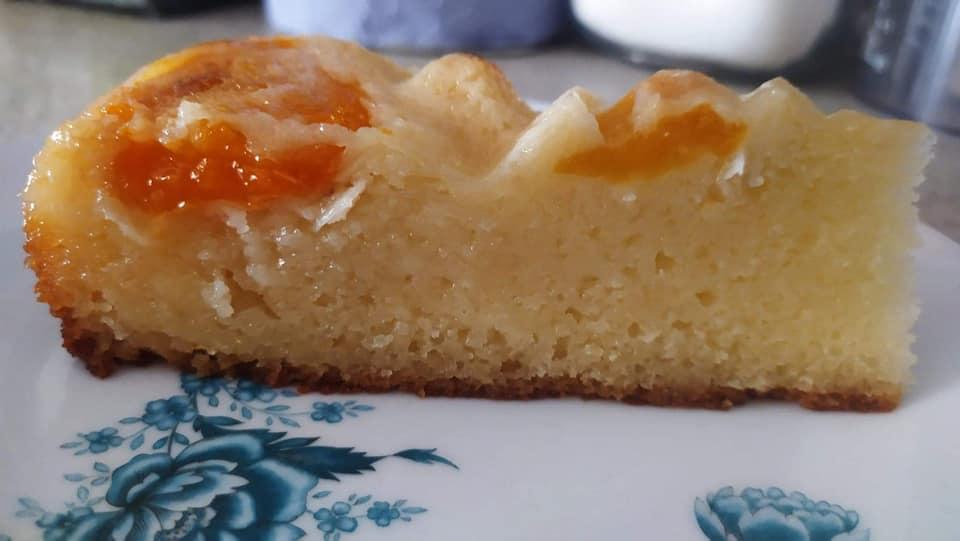 Σιροπιαστό γλυκό με βερύκοκα (κέικ με βερύκοκο σιροπιαστό)