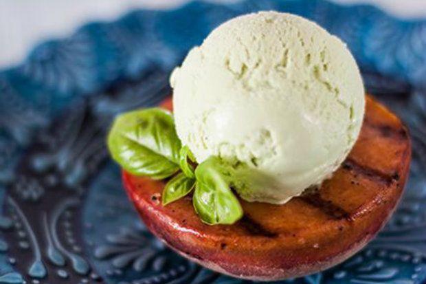 Παγωτό βανίλια με σιρόπι βασιλικού