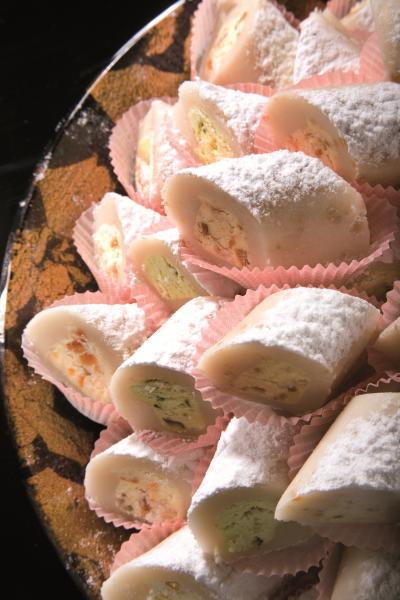 Ροδίνια Χίου (γλυκό με γέμιση αμυγδάλου)