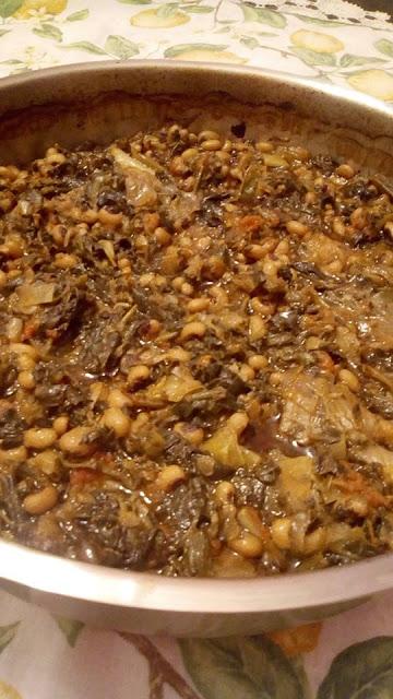 Μαυρομάτικα φασόλια με χόρτα (σπεσιαλιτέ Πελοποννήσου)