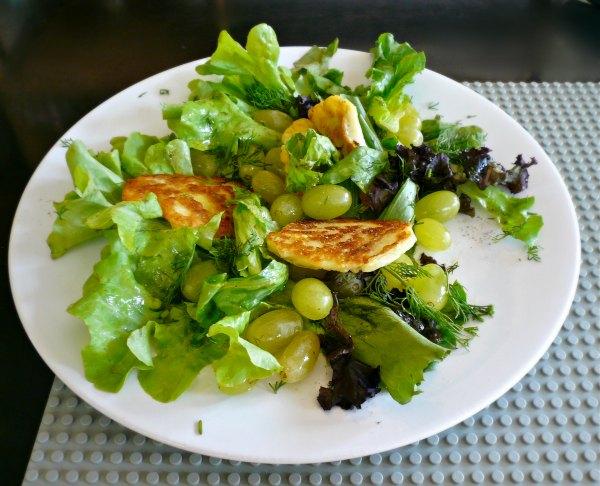 Σαλάτα με σταφύλι και χαλούμι