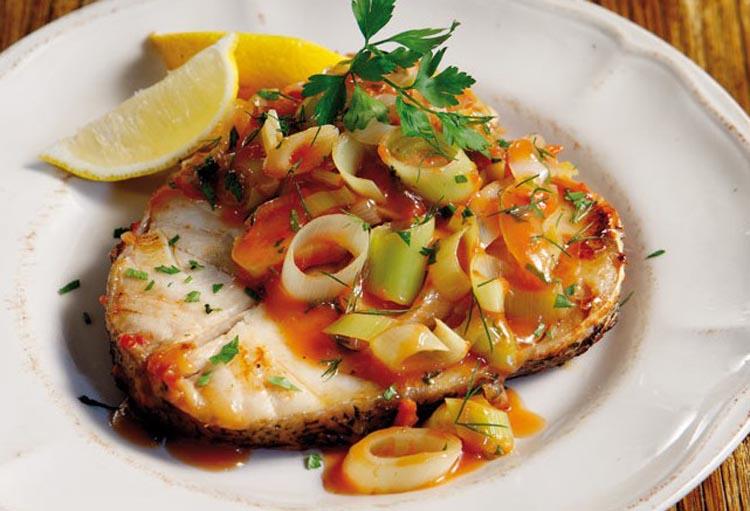 Πώς ψήνω στον φούρνο μεγάλο ψάρι σε φέτες;