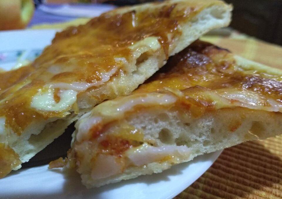 Πίτσα  σούπερ με λεπτό ζυμάρι, με ελάχιστα υλικά, σε ελάχιστο χρόνο