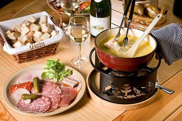 Πώς φτιάχνουμε ωραίο φοντύ τυριών  (fondue)