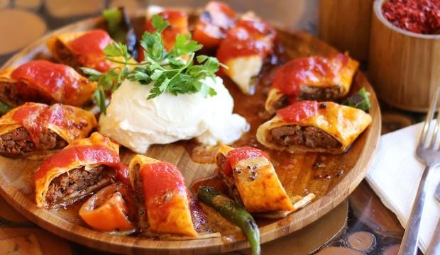 Κεμπάπ τυλιχτό με σάλτσα και γιαούρτι (Sarma Beyiti Kebap)