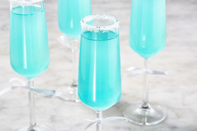 Γαλάζιο ποτό με σαμπάνια και λεμονάδα για την Πρωτοχρονιά