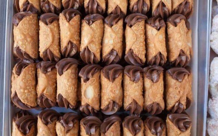Κανόλι (ιταλικό γλυκό) με σοκολάτα