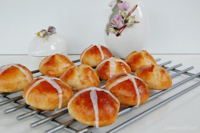 """Πασχαλινά τσουρέκακια από την Αγγλία """"Cross buns"""""""