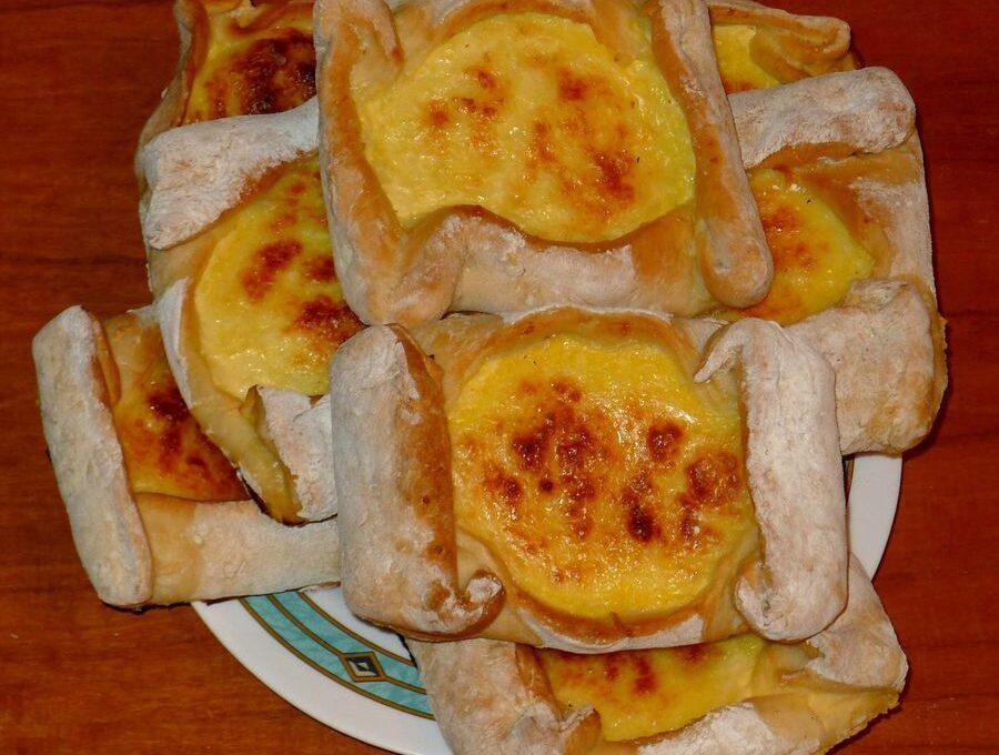 Τυρένια Κιμώλου (πιτάκια με τυρί)